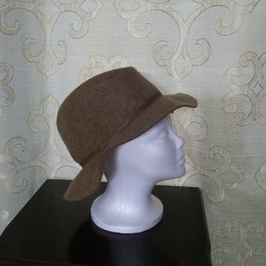 100% wool ladies hat. Brown.